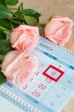 8 de marzo tarjeta - rosas sobre el calendario con la fecha enmarcada del 8 de marzo Fotografía de archivo libre de regalías