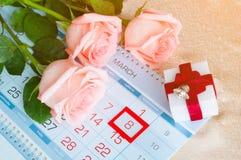 8 de marzo tarjeta - rosas sobre el calendario con la fecha enmarcada del 8 de marzo Imagen de archivo libre de regalías