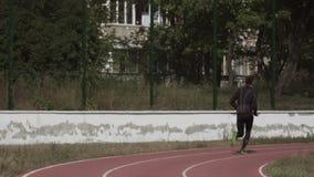 2 de marzo de 2019 Ucrania, Kiev Deporte y salud del tema El hombre cauc?sico joven hace calentamiento del ejercicio corre activa metrajes