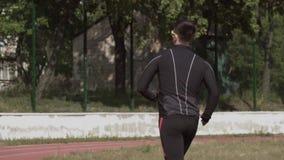 2 de marzo de 2019 Ucrania, Kiev Deporte y salud del tema El hombre cauc?sico joven hace calentamiento del ejercicio corre activa almacen de video