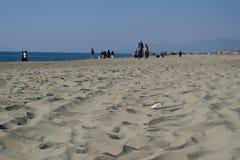 2019 25 de marzo, Viareggio, Italia - Sunny Sunday en la playa de Viareggio en Toscana Las casas de baños todavía se cierran para fotografía de archivo libre de regalías