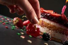 De masa al horno adorne una torta de cumpleaños Imágenes de archivo libres de regalías