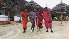 De Masai-stam danst nationale dans bij zonsondergang en biedt afscheid aan de zon 4K stock video