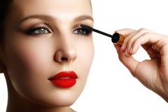De mascara die close-up toepassen, snakt zwepen Hoog - kwaliteitsbeeld eyelashes royalty-vrije stock afbeeldingen