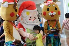 De mascottes van de Kerstman en van het rendier Stock Foto's