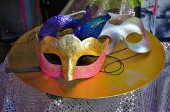 De Maskers van Carnaval op Lijst stock foto's