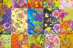 De massa produceerde gekleurde textiel in een traditionele markt van het oosten in Maleisië Stock Afbeeldingen