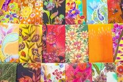De massa produceerde gekleurde textiel in een traditionele markt van het oosten in Maleisië Royalty-vrije Stock Foto's