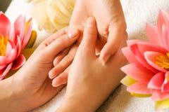 De Massage van de hand stock foto's
