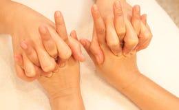 De massage van de Hand van Reflexology, de behandeling van de kuuroordhand Royalty-vrije Stock Fotografie