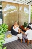 De Massage van de kuuroordvoet Lichaamsverzorgingbehandeling Vrouw het Ontspannen in Salon royalty-vrije stock foto