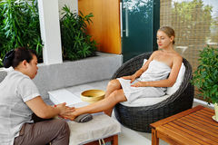 De Massage van de kuuroordvoet Lichaamsverzorgingbehandeling Vrouw het Ontspannen in Salon royalty-vrije stock afbeeldingen