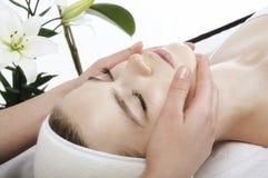 De massage van het gezicht in kuuroord Stock Afbeeldingen