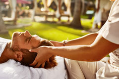 De Massage van het kuuroord Mens die in openlucht Ontspannend Hoofdmassage genieten van schoonheid Royalty-vrije Stock Foto's