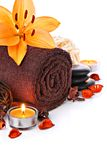 De massagegrens van het kuuroord met handdoek en oranje leliebloem Stock Afbeelding