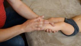De massagetherapeut doet voor de van het de jongenskind van de één éénjarigebaby de rehabilitatiemassage stock footage