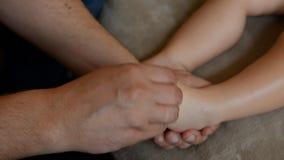 De massagetherapeut doet voor de van het de jongenskind van de ??n ??njarigebaby de rehabilitatiemassage stock video