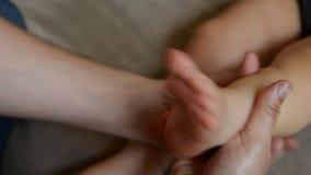 De massagetherapeut doet voor de van het de jongenskind van de ??n ??njarigebaby de rehabilitatiemassage stock footage
