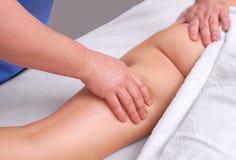 De masseur maakt Anti-anti-cellulitemassage op de bil en de dijen van de patiënt royalty-vrije stock afbeelding