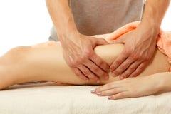 De masseur maakt anticellulite tot massage jonge vrouw op whit Stock Fotografie