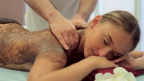 De masseur maakt chocolade die jonge vrouw verpakken stock videobeelden