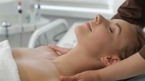 De masseur masseert de borst van de cliënt stock video