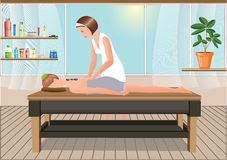 De masseuse voert een massage in de zonnige ruimte uit Stock Foto's