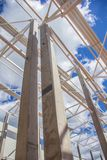 De massieve kolommen houden het dak stock fotografie