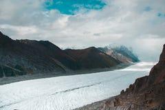 De massieve wortelgletsjer die neer naar Kennecott van Vorstelijk Onderstel gieten stock foto