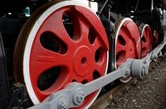 De massiva hjulen av lokomotivet Royaltyfria Foton