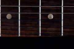 De mast met de lijstwerken van een elektrische gitaar op zwarte achtergrond stock afbeelding