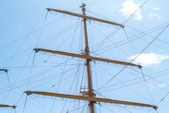 De mast met de zeilen tegen de blauwe hemel royalty-vrije stock afbeeldingen