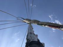De mast van de zeilboot nam me lange reis stock afbeeldingen