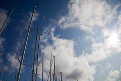 De masten van de zeilboot Stock Foto's