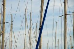 De masten van de zeilboot Stock Afbeelding