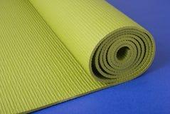 De Mat van de yoga op Blauw Stock Foto