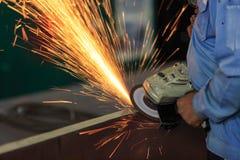De materiële met de hand malende machine van de arbeidersvoorbereiding Stock Foto