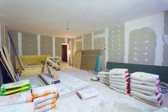 De materialen voor de pakken van de bouwstopverf, bladen van gipsplaat of drywall in flat is in aanbouw royalty-vrije stock afbeelding