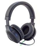 De matte zwarte hoofdtelefoons met een hoofdtelefoon met een groene draad cuted geïsoleerd Stock Foto's