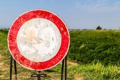 de maximum snelheid verdween teken als geen voorbijgaand teken langzaam Stock Fotografie