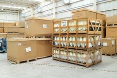15 de mayo - 2016: Cajas del almacén de la fábrica Imágenes de archivo libres de regalías