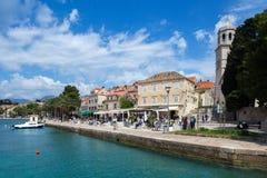 3 de mayo de 2019, Cavtat, Croacia Puerto deportivo y palmas imagen de archivo