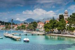 3 de mayo de 2019, Cavtat, Croacia Puerto deportivo y palmas imagenes de archivo