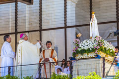 13 de mayo celebración Mary Statue Priest Incense Fatima Portugal Fotografía de archivo