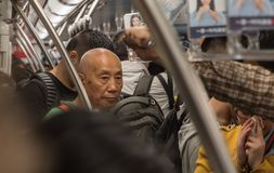 7 de mayo de 2018, ciudad de Suzhou, China El pueblo chino en el metro apretado entrena el hora punta fotos de archivo libres de regalías