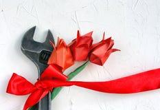 1 de mayo concepto, llave con la cinta roja y tulipán de la papiroflexia Fotografía de archivo libre de regalías