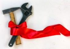 1 de mayo concepto, martillo y llave con el papeleo Imagen de archivo libre de regalías