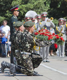 9 de mayo, día de la victoria, los soldados sostienen las flores Fotografía de archivo libre de regalías