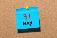 31 de mayo día 31 del mes, calendario en el tablón de anuncios del corcho, fondo del negocio Tiempo de primavera, espacio vacío p Imagen de archivo