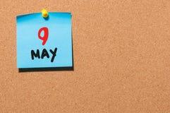 9 de mayo Día 9 del mes, calendario en el tablón de anuncios del corcho, fondo del negocio Tiempo de primavera, espacio vacío par Imagenes de archivo